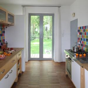 Również w kuchni widać jak ważny jest kolor w tym domu. Wielobarwne płytki zestawiono z drewnianym meblami kuchennymi. Fot. Tomek Markowski.