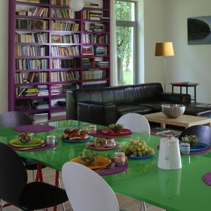 Stół jadalniany to kwintesencja kolorów, które są tak bliskie malarzowi. Artysta stworzył go według własnej koncepcji, która jest spójna z jego malarstwem. Fot. Tomek Markowski.