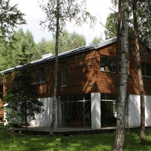 Ciekawa bryła domu została zaprojektowana przez Małgorzatę Sadowską-Sobczyk. Uwagę przyciągają duże okna i fasada pokryta drewnem modrzewiowym przyciągają uwagę. Fot. Tomek Markowski.