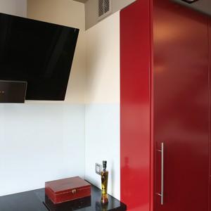 Dwa poziomy podwieszanych sufitów w kolorze delikatnego kremu wyposażone są w oświetlenie diodowe. Fot. Bartosz Jarosz.