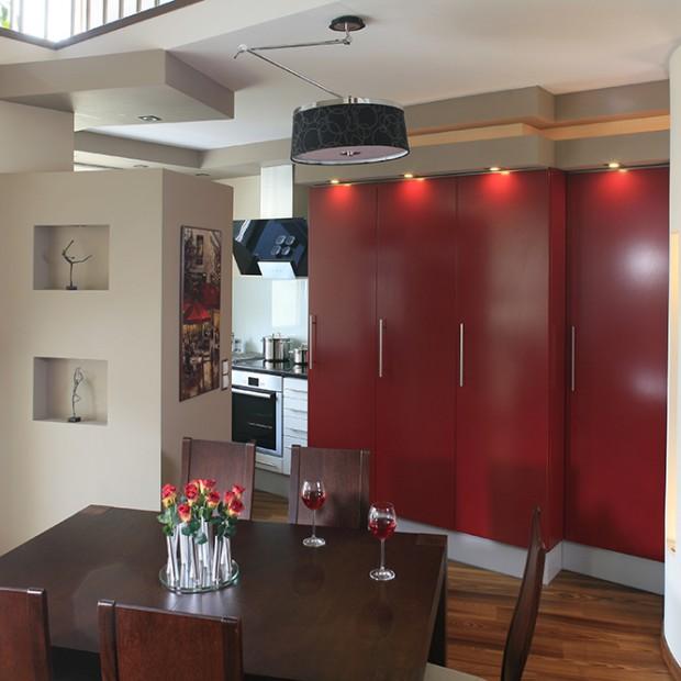 Zabudowa kuchenna w kolorze czerwonym. Do dużej i małej kuchni