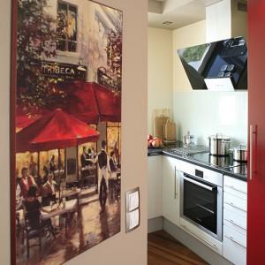 Obraz był ozdobą poprzedniego mieszkania. W nowym również wpisał się w aranżację. Anonsuje, na styku strefy kuchni i jadalni, gościnny klimat. Fot. Bartosz Jarosz.