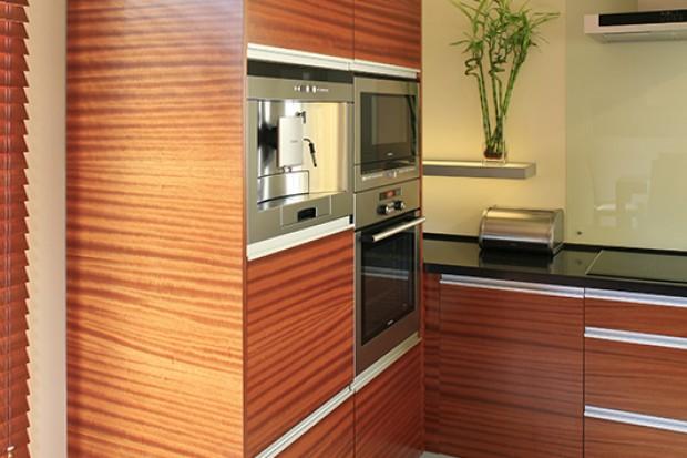 Kuchnia w drewnie. Ciepła i nowoczesna