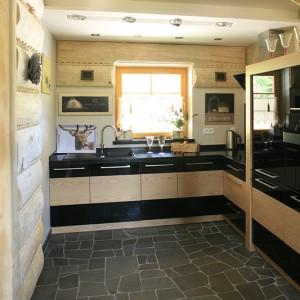 Meble kuchenne wykonano na zamówienie, według projektu architekt, z czarnego lacobelu i forniru dębowego, blaty robocze z corianu. Fot. Bartosz Jarosz.