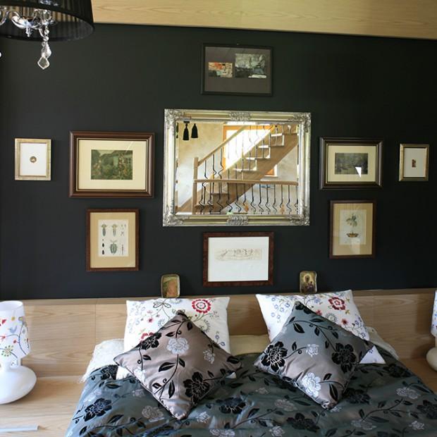 Tak w sypialni wyeksponujesz obrazy i dekoracje!