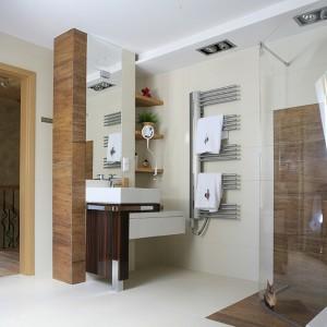 Nawet w łazience, wyposażonej w kolekcję Esprit Kludi, pojawiły się góralskie motywy – ręczniki z ludowym haftem- sklep regionalny w Zakopanem. Fot. Bartosz Jarosz.