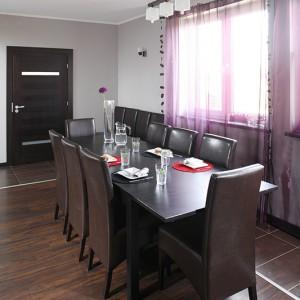 Ogromny stół (IKEA) z tuzinem krzeseł (wyszukanych przez projektantkę na Allegro) w jadalni odzwierciedla charakter domowników – ich gościnność oraz kulinarne pasje. Fot. Bartosz Jarosz.