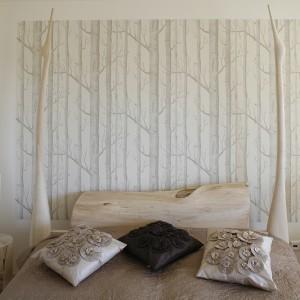 Sypialnia została zdominowana przez szlachetne drewno i praktycznie jeden kolor – beż, dzięki czemu powstało wnętrze bardzo subtelne i jednorodne. Fot. Bartosz Jarosz.