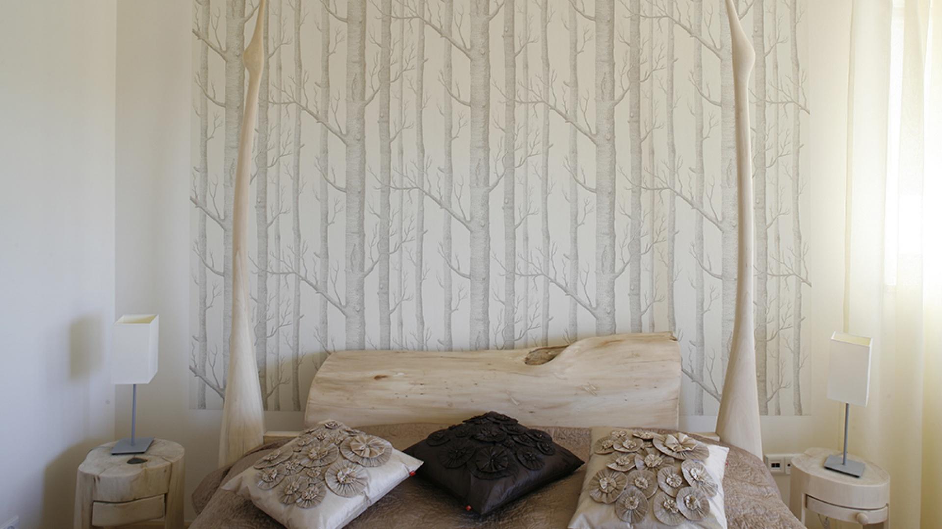 Łóżko zaprojektowane i wyrzeźbione przez Andrzeja Haręzę na tle tapety z motywem brzóz (Dekoria). Fot. Bartosz Jarosz.