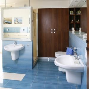 Zestawiono dwa kolory płytek z kolekcji marki Paradyż: niebieskie i beżowe. Za ścianką z umywalką (Roca) ukryta jest kabina prysznicowa. Fot. Bartosz Jarosz.