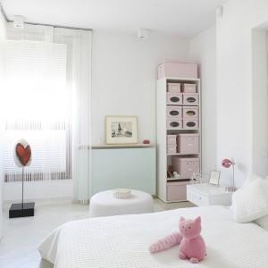 Wielkie lustro w wielkich, białych ramach frywolnie oparto o ścianę naprzeciwko łóżka. Fot. Bartosz Jarosz.