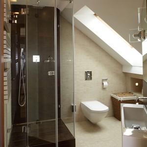 Kabina prysznicowa została wykonana na zamówienie. Komfortową kąpiel zapewnia deszczownica oraz rączka natrysku. Zestaw prysznicowy z baterią podtynkową wybrano z oferty firmy Gessi. Fot. Tomasz Markowski.
