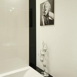 Zdjęcia Marilyn Monroe jako dekoracja to był pomysł pani domu; jedno z nich znalazło się w salonie, drugie - w łazience. Powieszone nadbwanną (Cersanit) dodaje szyku strefie kąpielowej. Świecznik z katalogu Kare Design. Fot. Bartosz Jarosz.