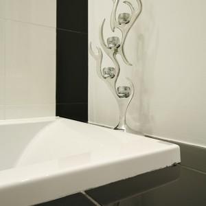 Doborowe towarzystwo Marylin Monroe sprawia, że szybki prysznic w tej łazience wydaje się nie do przyjęcia. Fot. Bartosz Jarosz.