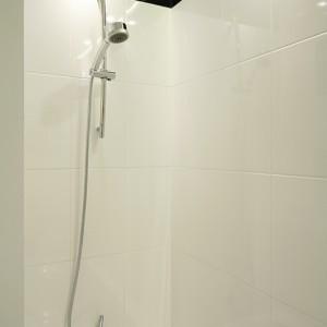 Parawan w postaci ścianki działowej oraz zestaw natryskowy z przesuwaną rączką pozwalają korzystać z wanny jak z prysznica. Fot. Bartosz Jarosz.