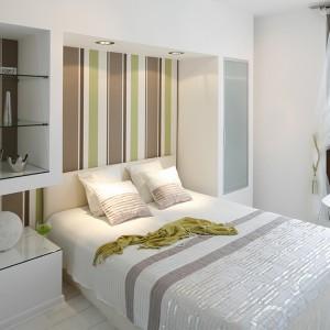 Przemyślane rozwiązanie półek – kasetonów i ukrytej zabudowanej szafy to rozwiązanie podpatrzone przez dekoratorkę we wnętrzach francuskich sypialni. Fot. Bartosz Jarosz.