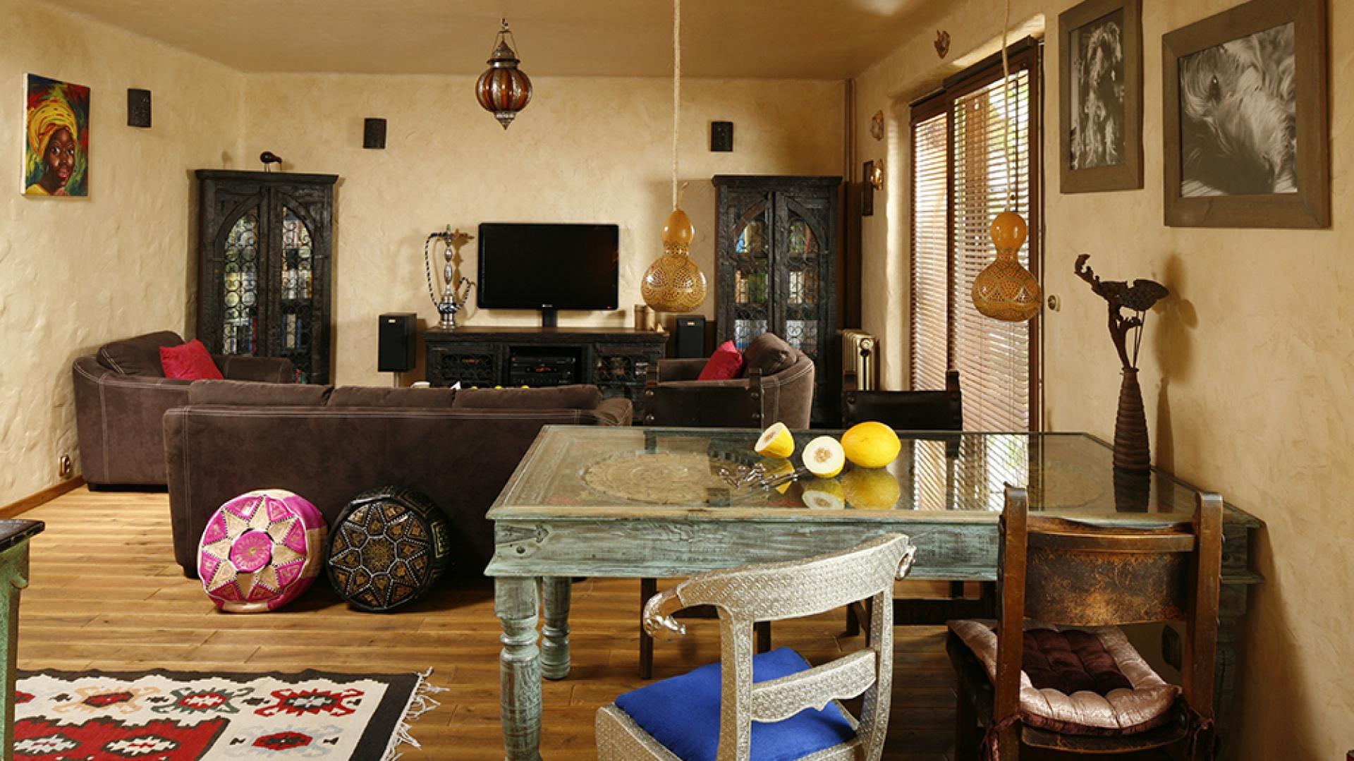 Reprezentacyjna jadalnia znajduje się w obrębie salonu. Razem z kuchnią tworzą jedną przestrzeń wypełnioną unikatowymi meblami, wzorzystymi tkaninami, różnorodnymi kolorami, materiałami, fakturami. Fot. Bartosz Jarosz.