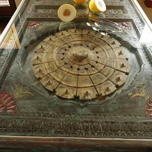 Mając tak pięknie intarsjowany stół, obrus można schować głęboko do szafy. Fot. Bartosz Jarosz