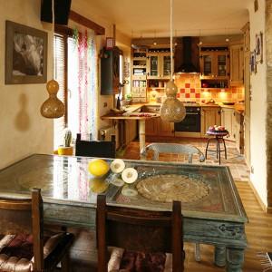 Lampy nad stołem otrzymały nowe wdzianko - pan domu oplótł je sznurkiem, dzięki czemu nie widać aluminiowego kabla. Fot. Bartosz Jarosz