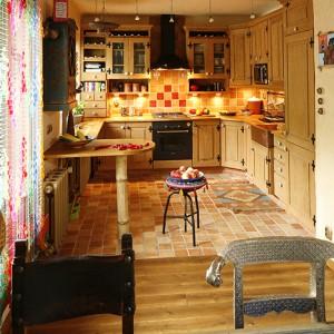 Sosnowe meble kuchenne (każdy uchwyt jest inny!) zaprojektowali właściciele mieszkania. Okap i piekarnik marki Bosch wpasowują się w orientalną stylistykę wnętrza. Fot. Bartosz Jarosz.