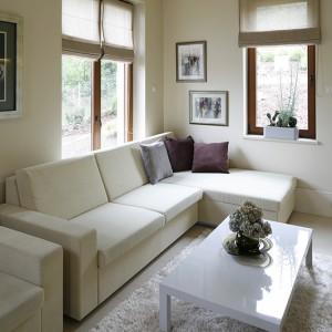 Wygodne kanapy z kolekcji Artivum marki NOTI w neutralnym kolorze znajdują się także w pokoju gościnnym. Biały stolik kawowy z polakierowanego na wysoki połysk drewna wykonany został przez firmę Emko. Fot. Bartosz Jarosz.