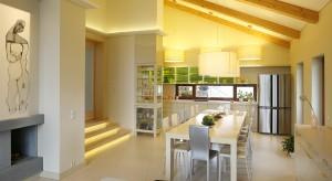 W przestronnym domu, położonym w malowniczych Beskidach, króluje światło. Dzięki nowoczesnej konstrukcji bryły zapewniającej otwartą przestrzeń i przeszkleniom światło otula wnętrze.