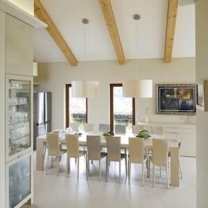 Wyposażenie jadalni, zlokalizowanej pod skosem  dachowym i z malowniczym widokiem na ogród, stanowią wykonane na zamówienie komoda i stół w fornirze bielonego dębu oraz krzesła (Cattelan)  dobrane w dwóch kolorach skórzanej tapicerki. Fot. Bartosz Jarosz.