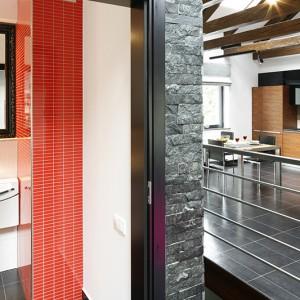 Charakter łazienki wyznaczają nie tylko zintensyfikowane barwy i ograniczone do minimum wyposażenie. Nawiązująca do klasycznego minimalizmu japońskiego kolorystyka oraz designerska ceramika w pełni wpisują się w ultranowoczesną stylistykę całego domu. Fot. Bartosz Jarosz.