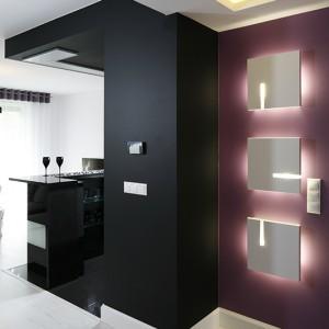 Geometryczna wręcz gra form wydobywa nowoczesny charakter apartamentu.  Jego stylistyczne bogactwo podkreślają czerń i wrzos, które na tle wszechobecnej tu bieli stanowią wyrazisty akcent. Fot. Bartosz Jarosz.