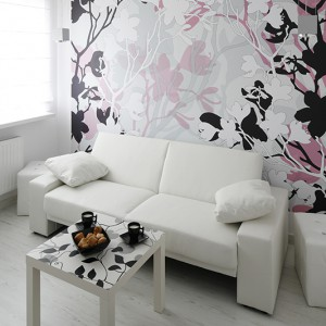 Biała, multifunkcjonalna sofa, wykonana ze skóry napoleońskiej (Simply, Planeta Design) oraz uroczy stolik z arabeskowym motywem (Ikea) poprzez swój minimalizm i prostotę formy zapewniają oryginalny design bez wyszukanych detali i zbędnych niuansów. Fot. Bartosz Jarosz.