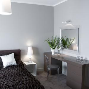 Ciepłe, brudne brązy i ograniczone do minimum meble tworzą w sypialni nastrój sprzyjający wypoczynkowi. Transparentne detale dodają jej lekkości i elegancji. Fot. Małgorzata Opala.