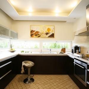 Pomieszczenie kuchenne jest doskonale oświetlone światłem dziennym za sprawą charakterystycznych wstęg okiennych ciągnących się na szerokość pomieszczenia, poprzez jego narożnik i przechodzących na ścianę obok. Fot. Marcin Onufryjuk.