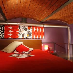 We wnętrzu zachowano przęsłowe sklepienie stropu, z wyczyszczonymi czerwonymi cegłami i widoczną stalową konstrukcją. Fot. Marcin Onufryjuk.