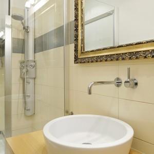 """Niewielka przestrzeń łazienki została doskonale zorganizowana. Proste, nowoczesne formy tworzą """"lekką"""" aranżację. Wszelkie drobiazgi mają swoje miejsce w komodzie, dzięki czemu panuje tu niezmącony porządek. Fot. Bartosz Jarosz."""