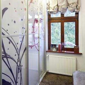Białe fronty szafy garderobianej zdobią subtelne motywy w odcieniach fioletu - to przeniesione ornamenty z tapety Agnes Emery. Fot. Bartosz Jarosz.