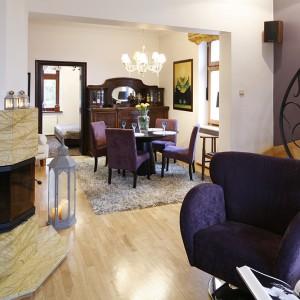 Odpoczynek przy kominku to ulubione zajęcie domowników. Dlatego też powstała dedykowana takim momentom specjalna strefa mieszkania – z fotelem i miękką sofą. Fot. Bartosz Jarosz.