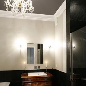 """Część ścian pomalowano na interesujący, niejednoznaczny odcień szarości, farbami hiszpańskiej firmy Yafep. Dopełnieniem reszty jest czerń: na suficie i – pod postacią kwarcytu """"Verde Black"""" – na podłodze i fragmentach ścian. Fot. Bartosz Jarosz."""