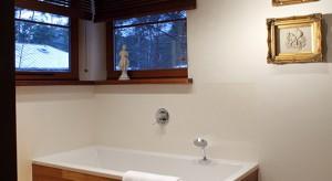 """Połączona z łazienką sypialnia to """"teren prywatny"""", strefa dedykowana wyłącznie dla pani i pana domu. Wykorzystane w aranżacji naturalne materiały oraz kolory ziemi wprowadzają klimat domowego SPA i podkreślają intymny chara"""