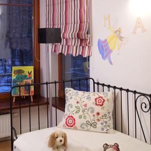 Kute, bajkowe łóżko doskonale się komponuje  z ludowymi wzorami na poduszce i pasiastymi roletami. To idealny zestaw dla dziewczynki. Fot. Bartosz Jarosz.