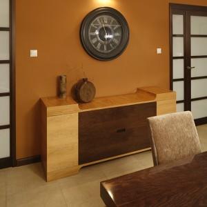 """Zegar na ścianie pochodzi z oferty Almi Décor. Przy tak dużej przestrzeni dodatki """"normalnych"""" rozmiarów nie sprawdziłyby się, projektanci musieli pomyśleć więc o bardziej imponujących skalą dekoracjach. Fot. Bartosz Jarosz."""