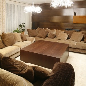 Przestronny salon to bardzo gościnne miejsce – miękkie i przytulne kanapy wręcz zapraszają do wypoczynku, zwłaszcza, że pomieszczą niejednego gościa. Fot. Bartosz Jarosz.