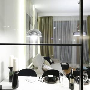 Transparentna ścianka oddzielająca strefę kuchenną od pokoju dziennego jest lekka i dyskretna dzięki zastosowaniu szkła, a jednocześnie skutecznie spełnia swoją funkcję. Fot. Bartosz Jarosz.