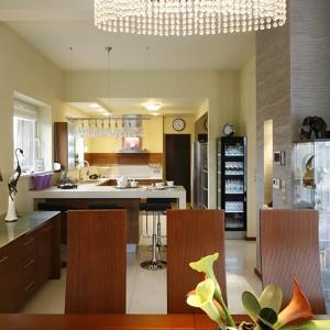 Kuchnia jest otwarta. Od jadalni oddziela ją bar śniadaniowy. Fot. Bartosz Jarosz.