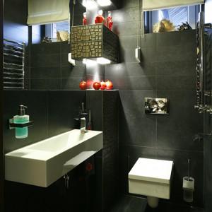 """Drapieżna czerń plus czerwone dodatki. Zaskakująca toaleta gościnna – efekt """"wow"""" w pełni zamierzony. Fot. Bartosz Jarosz."""