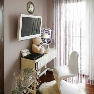 Buduarowy charakter nadaje sypialni subtelna, biała toaletka oraz wrzosowe akcenty. Fot. Bartosz Jarosz.