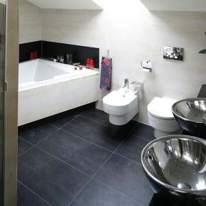 W obszernej łazience na pietrze można wziąć szybki prysznic albo długą kąpiel przy świecach. Fot. Bartosz Jarosz.