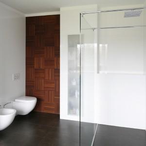 W salonie kąpielowym niczym nie zakłócona przestrzeń ma znaczenie priorytetowe. Nawet akcesoria kąpielowe schowano za szklanym frontem dyskretnej, ale pojemnej szafki wbudowanej w ścianę. Fot. Bartosz Jarosz.