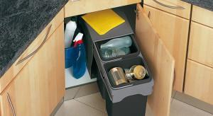 """Każdy z nas """"produkuje"""" rocznie ok. 350 kg śmieci. Ilość odpadków można zmniejszyć poprzez ich segregowanie. Domowy recykling zaczynamy od wyposażenia szafki kuchennej w segregator z co najmniej dwoma pojemnikami."""