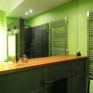 Zabudowa podtynkowej spłuczki wykorzystana została jako dodatkowa, funkcjonalna powierzchnia: blat wraz z lutrem może pełnić rolę toaletki. Fot. Bartosz Jarosz.