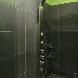 We wnęce prysznicowej zainstalowano panel z dyszami masującymi, deszczownicą oraz słuchawką prysznicową; wykończone mozaiką siedzisko przydaje się podczas dłuższych kąpieli i zabiegów kosmetycznych. Fot. Bartosz Jarosz.